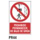 Cartel prohibido permanecer debajo de la grúa